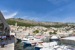 Cidade de Dubrovnik Cro?cia em setembro de 2018 vista dos barcos no porto imagem de stock