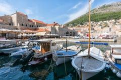 Cidade de Dubrovnik Cro?cia em setembro de 2018 vista dos barcos no porto imagens de stock royalty free