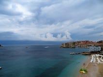 Cidade de Dubrovnik e praia velhas Banje foto de stock