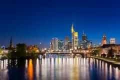 Cidade de Francoforte - am - skyline principal na noite, Francoforte, Alemanha Foto de Stock Royalty Free