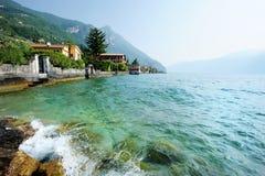 Cidade de Gargnano no lago Garda em Italy fotografia de stock royalty free