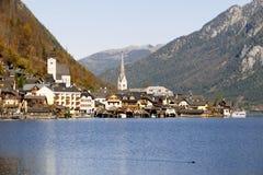 Cidade de Halstatt pelo lago Halstatt em Áustria Foto de Stock Royalty Free