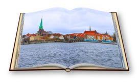 Cidade de Helsingor, o lugar onde William Shakespear ajustou o Hamlet A vila ? ficada situada no mar de que separa Dinamarca fotos de stock