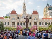 Cidade de Ho Chi Minh, Saigon, Vietname sul: [Câmara municipal durante celebrações do ano novo de Cinese, decoração de Ho Chi Min Fotografia de Stock