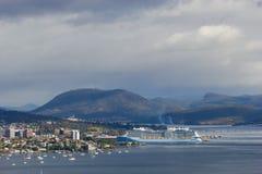 A cidade de Hobart e o estuário de Derwent com embarcadouro do navio de cruzeiros em Hobart abrigam fotografia de stock