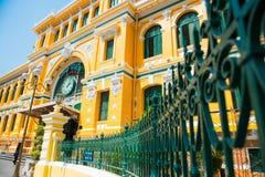Cidade de HOJIMIN, Vietname o 17 de março:: Estação de correios central de Saigon, beaut Fotografia de Stock Royalty Free