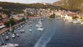 Cidade de Hvar na ilha Hvar na Croácia video estoque