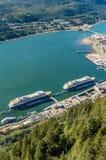 Cidade de Juneau e de porto do navio de cruzeiros do bonde de Roberts da montagem Juneau, Alaska, EUA imagem de stock