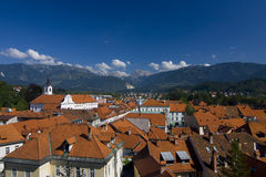 Cidade de Kamnik na frente dos alpes Fotografia de Stock Royalty Free