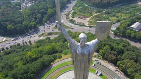 Cidade de Kiev - o capital de Ucrânia Metragem aérea do voo do zangão: Pátria da mãe vídeos de arquivo