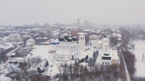 A cidade de Kirov e do banco alto do rio Vyatka e Alexander Grin Embankment e e do monastério de Trifonov sobre fotografia de stock