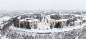 A cidade de Kirov e o banco alto do rio Vyatka e Alexander Grin Embankment e a rotunda em um nebuloso imagem de stock