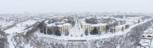 A cidade de Kirov e o banco alto do rio Vyatka e Alexander Grin Embankment e a rotunda em um nebuloso imagens de stock royalty free
