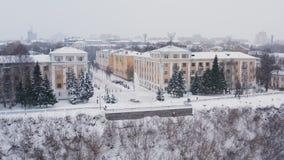 A cidade de Kirov e o banco alto do rio Vyatka e Alexander Grin Embankment e a rotunda em um nebuloso imagens de stock