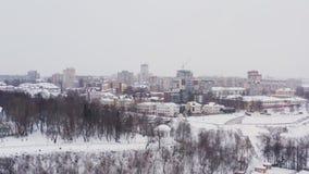A cidade de Kirov e o banco alto do rio Vyatka e Alexander Grin Embankment e a rotunda em um nebuloso fotos de stock royalty free