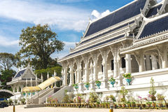 Cidade de Krabi, Tailândia: Templo de Wat Kaew na manhã Foto de Stock