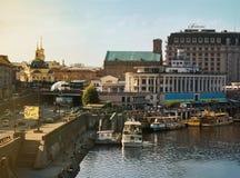 Cidade de Kyiv, Kiev, Ucrânia, vista à estação do rio, rio de Dnipro imagens de stock