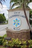 Cidade de lagos Lauderdale nós importamo-nos o sinal Imagem de Stock Royalty Free