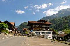 Cidade de Lauterbrunnen no vale bonito de cumes suíços Fotos de Stock Royalty Free