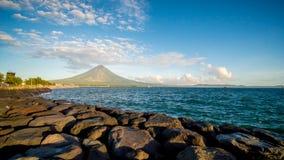 Cidade de Legazpi, Luzon, Filipinas - monte teares do vulcão de Mayon sobre a cidade como o dia a dia vai sobre imagem de stock