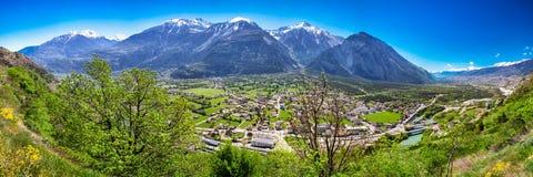 Cidade de Leuk perto de Leukerbad com cumes suíços, cantão Vancôver, Suíça Imagens de Stock