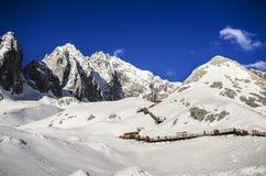 Cidade de Lijiang da montanha da neve de Jade Dragon foto de stock royalty free
