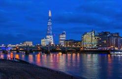 Cidade de Londres, Inglaterra na noite do rio Tamisa imagem de stock