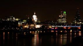 A cidade de Londres na noite com catedral e o Riv de St Paul Fotos de Stock Royalty Free