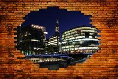 Cidade de Londres no furo com tijolo da parede fotografia de stock royalty free