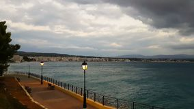 Cidade de Loutraki em Grécia contra um céu dramático vídeos de arquivo