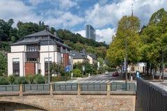 Cidade de Luxemburgo ao longo do rio Grund com prédio de escritórios europeu imagem de stock