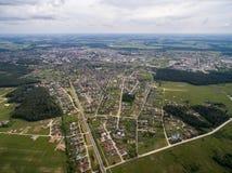Cidade de Mazeikiai do céu Cidade bonita perto da beira de Letónia Imagem de Stock Royalty Free