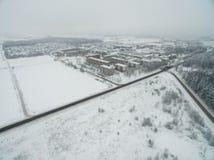 Cidade de Mazeikiai em Lituânia com opinião nevado e arquitetura da cidade do inverno fotografia de stock royalty free