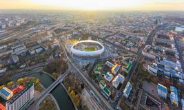Cidade de Minsk coberta na luz do sol brilhante Estádio central para o esporte fotos de stock