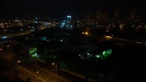 A cidade de Minsk, em Minsk, fez trânsito de carros na ponte video estoque