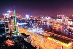 A cidade de Minsk iluminou brilhantemente, paisagem aérea foto de stock royalty free