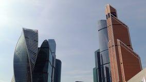 Cidade de Moscou contra o céu azul e as nuvens filme