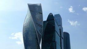 Cidade de Moscou contra o céu azul e as nuvens vídeos de arquivo