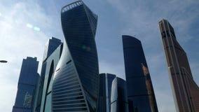 Cidade de Moscou contra o céu azul e as nuvens - video estoque