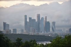 Cidade de Moscou nas nuvens fotografia de stock royalty free