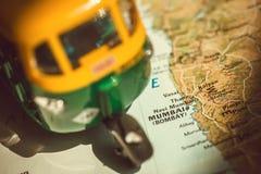 Cidade de Mumbai no mapa indiano com condução do modelo do brinquedo do veículo tradicional do auto-riquexó Símbolos da Índia vel Imagens de Stock Royalty Free