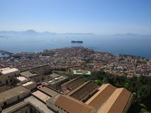 A cidade de Nápoles de cima de Napoli Italy Vulcão do Vesúvio atrás foto de stock