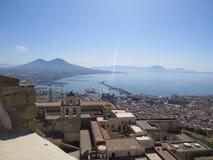 A cidade de Nápoles de cima de Napoli Italy Vulcão do Vesúvio atrás fotografia de stock