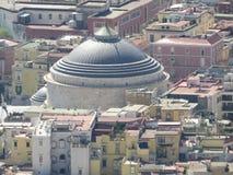 A cidade de Nápoles de cima de Napoli Italy Vulcão do Vesúvio atrás Cruz da igreja ortodoxa e a lua Fotografia de Stock