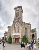 Cidade de Nha Trang, Vietname sul: [Catedral de Nha Tho Nui, igreja local com os povos que vêm à massa] Imagens de Stock Royalty Free