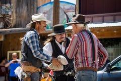 A cidade de Oatman em Route 66 no Arizona Três vaqueiros que preparam-se para a mostra foto de stock