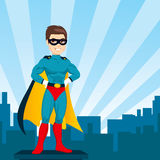 Cidade de observação do homem do super-herói Fotos de Stock Royalty Free