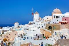 Cidade de Oia na ilha de Santorini, Grécia Moinhos de vento famosos Fotografia de Stock
