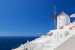 Cidade de Oia na ilha de Santorini, Grécia Moinhos de vento famosos Imagens de Stock Royalty Free