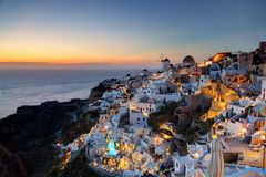 Cidade de Oia na ilha de Santorini, Grécia no por do sol Fotografia de Stock Royalty Free